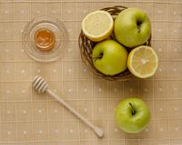 Glas von Milch und von Glas Honig auf einer Textiltischdecke Stockfotos