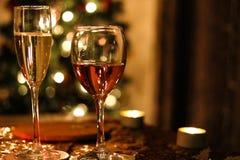 Glas von Prosecco und von Rose lizenzfreie stockbilder