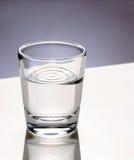 Glas Wasser lizenzfreie stockfotografie