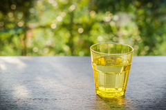 Glas Wasser auf einem Holztisch am Abend lizenzfreie stockbilder