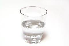 Glas Wasser halb voll oder leer, lokalisiert auf Weiß Lizenzfreie Stockbilder