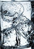 Glas Wasser mit Eis Stockfoto