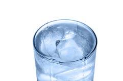 Glas Wasser mit Eis Stockfotos