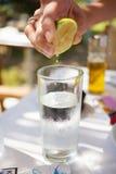 Glas Wasser mit Kalk Lizenzfreie Stockbilder