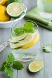 Glas Wasser mit Kalk und Zitrone Stockfoto