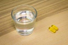 Glas Wasser mit Pillen Lizenzfreies Stockbild
