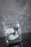 Glas Wasser mit Spritzen stockbilder