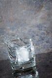Glas Wasser mit Spritzen stockfotografie