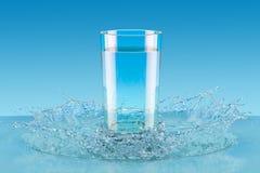 Glas Wasser mit Spritzen, 3D stock abbildung
