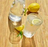 Glas Wasser mit Zitrone lizenzfreie stockfotos