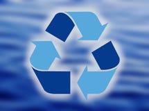 Glas Wasser wurde in Form des Recycling-Symbols verschüttet Stockfotos