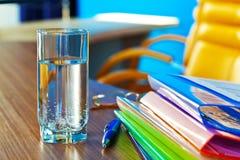 Glas water in bureau Stock Afbeelding