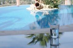 Glas water door zwembad Royalty-vrije Stock Afbeelding