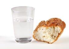 Glas water en brood Royalty-vrije Stock Fotografie