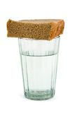 Glas water en brood stock fotografie