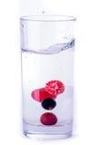 Glas water met bes Stock Afbeeldingen