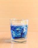 Glas water met blauwe vloeistof Stock Foto's