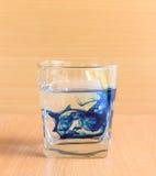 Glas water met blauwe vloeistof Stock Fotografie
