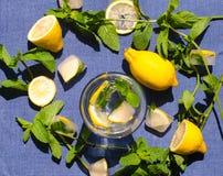 Glas water met citroen Munt en ijs Stock Foto