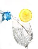 Glas water met citroenplak Stock Afbeelding