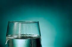Glas water met condensatie wordt behandeld die Stock Afbeeldingen