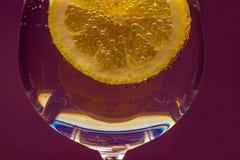 Glas water met een plak van citroen stock fotografie