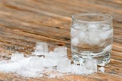 Glas water met ijs Stock Fotografie