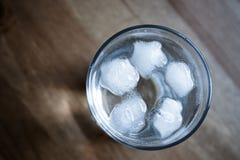 Glas water met ijs stock afbeeldingen