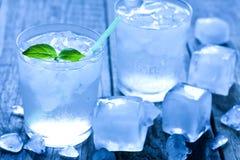 Glas water met ijsblokjes stock foto's