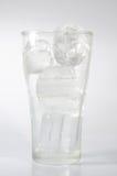 Glas water met ijsblokjes wordt gevuld dat Royalty-vrije Stock Fotografie