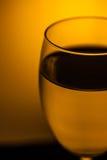 Glas water met warm licht Royalty-vrije Stock Afbeelding