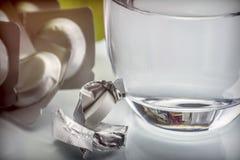 Glas water naast een bruisende pil, stock afbeelding