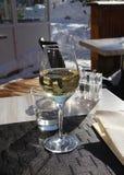 Glas weißer Wein auf der Tabelle. Lizenzfreie Stockbilder