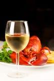 Glas weißer Wein mit gekochtem Hummer Lizenzfreies Stockbild