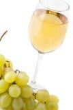 Glas weißer Wein und weiße Trauben auf Weiß lizenzfreie stockfotos