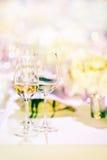 Glas Weißwein im süßen Hintergrund Stockfoto