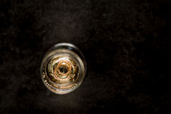 Glas Weißwein mit Eheringen nach innen Stockbilder