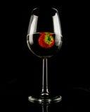 Glas Weißwein mit Erdbeere Stockbild