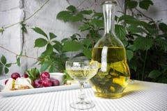 Glas Weißwein mit Käse auf dem Tisch Stockfotos