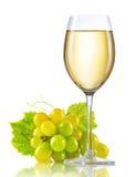 Glas Weißwein und ein Bündel reife Trauben lokalisiert Stockfotos