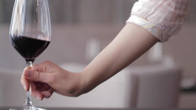 Glas Wein auf dem Tisch gesetzt stock footage