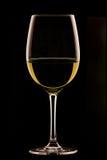Glas Wein auf schwarzem Hintergrund Lizenzfreies Stockfoto