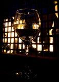 Glas Wein durch das Feuer Stockfoto