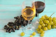Glas Wein, Lese auf einem blauen Hintergrund Stockbild