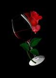 Glas Wein mit einer Rose Lizenzfreie Stockfotos