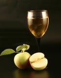 Glas Wein und Äpfel Stockbilder