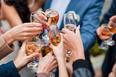 Glas Weißwein und Champagner, die Toast machen Stockbilder