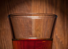Glas Whisky auf dem Hintergrund der hölzernen Stange Lizenzfreies Stockbild
