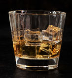 Glas Whisky auf den Felsen Lizenzfreie Stockfotografie