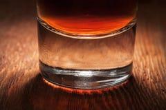 Glas Whisky auf dunklem hölzernem Hintergrund Stockfoto